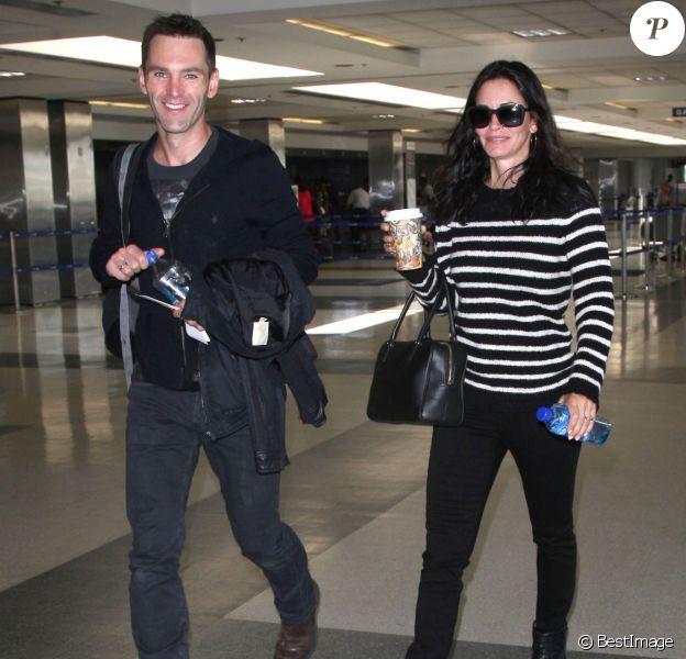 Exclusif - Courteney Cox et son petit ami Johnny McDaid à l'aéroport de LAX à Los Angeles. Le 20 avril 2014.
