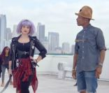 "Pharrell Williams : Escorté par Kelly Osbourne dans le clip de ""Marylin Monroe"""