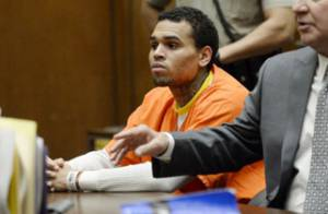Chris Brown : Combi orange et regard vide au tribunal, la prison se rapproche