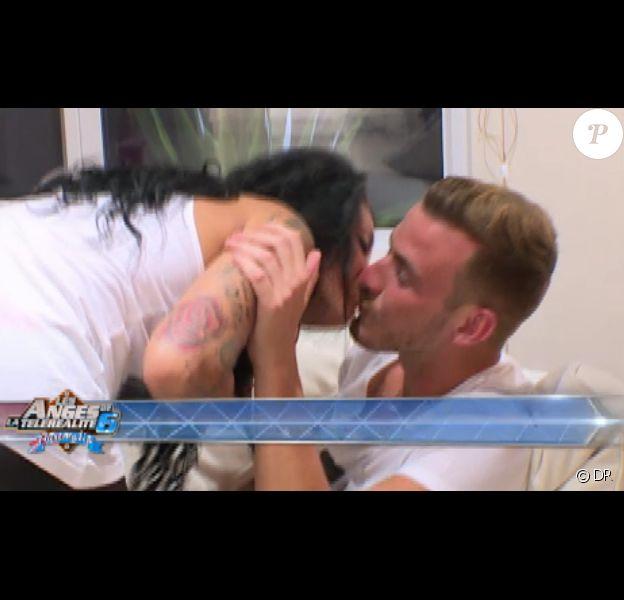 Bisou volé pour Shanna et Julien dans Les Anges de la télé-réalité 6 le vendredi 11 avril 2014 sur NRJ 12