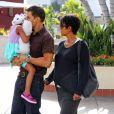 """Halle Berry enceinte, son mari Olivier Martinez et sa fille Nahla se rendent au cinema voir le film """"Turbo"""" à Century City, le 24 juillet 2013."""