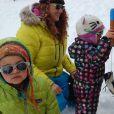 Emma Shaka joue dans la neige avec des enfants, le 2 mai 2014 à Val Thorens.