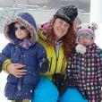 Emma Shaka joue dans la neigeavec des enfants, le 2 mai 2014 à Val Thorens.