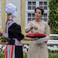 Champagne (quelques gouttes) ! La princesse Marie de Danemark a baptisé le 7 mai 2014 une fleur à son nom dans le parc du château de Gavno : la tulipe Princesse Marie, une variété simple tardive de 45 cm, blanche à liseré cerise sur le bord.