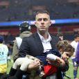 Jérémy Ménez et sa fille Maëlla après le match entre le PSG et Rennes, qui fait du club de la capitale le champion de France 2014 malgré la défaite, le 7 mai 2014 au Parc des Princes à Paris