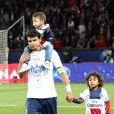 Thiago Silva et ses fils après le match entre le PSG et Rennes, qui fait du club de la capitale le champion de France 2014 malgré la défaite, le 7 mai 2014 au Parc des Princes à Paris