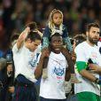 Blaise Matuidi et sa fille Myliane après le match entre le PSG et Rennes, qui fait du club de la capitale le champion de France 2014 malgré la défaite, le 7 mai 2014 au Parc des Princes à Paris