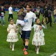 Maxwell et ses filles après le match entre le PSG et Rennes, qui fait du club de la capitale le champion de France 2014 malgré la défaite, le 7 mai 2014 au Parc des Princes à Paris
