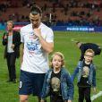 Zlatan Ibrahimovic et ses fils Maximilian et Vincent après le match entre le PSG et Rennes, qui fait du club de la capitale le champion de France 2014 malgré la défaite, le 7 mai 2014 au Parc des Princes à Paris