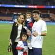Thiago Silva et sa famille après le match entre le PSG et Rennes, qui fait du club de la capitale le champion de France 2014 malgré la défaite, le 7 mai 2014 au Parc des Princes à Paris