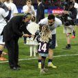 Ezequiel Lavezzi avec la fille de Blaise Matuidi, après le match entre le PSG et Rennes, qui fait du club de la capitale le champion de France 2014 malgré la défaite, le 7 mai 2014 au Parc des Princes à Paris