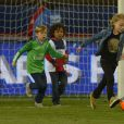 Les enfants de Zlatan Ibrahimovic, Maximilian et Vincent, accompagnés des enfants des joueurs du PSG, après le match entre le PSG et Rennes, qui fait du club de la capitale le champion de France 2014 malgré la défaite, le 7 mai 2014 au Parc des Princes à Paris