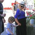 Christina Aguilera (enceinte) va déjeuner avec son fiancé Matt Rutler et son fils Max, à l'occasion de la Fête des mères à Los Angeles, le 11 mai 2014.