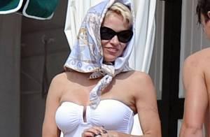 Pamela Anderson, bombe rétro à Cannes : Farniente de luxe avec son homme