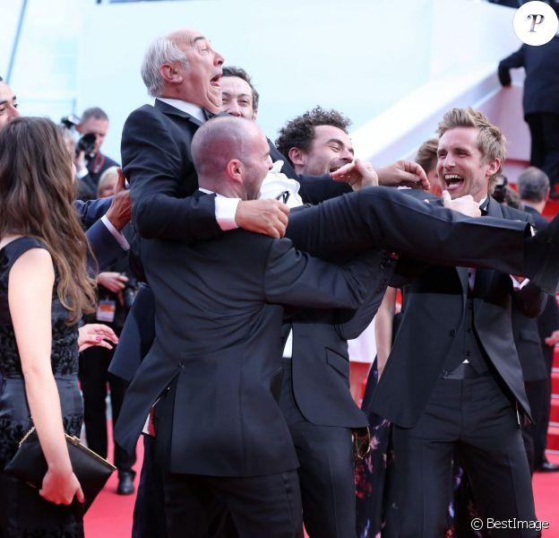 """Tarek Boudali, Alice David, Gérard Jugnot et Philippe Lacheau- Montée des marches du film """"Dragon 2"""" lors du 67e Festival du film de Cannes le 16 mai 2014"""