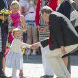 La princesse Estelle de Suède, 2 ans et pas peu fière d'elle, se rendait avec ses parents la princesse Victoria et le prince Daniel pour la première fois le 17 mai 2014 dans la province d'Östergötland, dont elle est duchesse, pour visiter le château de Linköping et inaugurer le Chemin des contes de fées qu'elle avait reçu en cadeau à l'occasion de son baptême en mai 2012