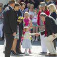 Quelle assurance dans la poignée de main ! La princesse Estelle de Suède, 2 ans, se rendait avec ses parents la princesse Victoria et le prince Daniel pour la première fois le 17 mai 2014 dans la province d'Östergötland, dont elle est duchesse, pour visiter le château de Linköping et inaugurer le Chemin des contes de fées qu'elle avait reçu en cadeau à l'occasion de son baptême en mai 2012