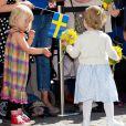 Qui veut des fleurs ? La princesse Estelle de Suède, qui a eu 2 ans en février, se déplaçait avec la princesse Victoria et le prince Daniel pour la première fois le 17 mai 2014 dans la province d'Östergötland, dont elle est duchesse, pour visiter le château de Linköping et inaugurer le Chemin des contes de fées qu'elle avait reçu en cadeau à l'occasion de son baptême en mai 2012