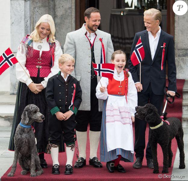 Le prince Haakon de Norvège, rattrapé en hauteur par son beau-fils Marius, et la princesse Mette-Marit sont apparus de bon matin le 17 mai 2014 devant leur résidence de Skaugum, à Oslo, avec leurs enfants Marius, la princesse Ingrid Alexandra et le prince Sverre Magnus, pour célébrer (comme toujours avec leur chienne Milly Kakao) la Fête nationale et le bicentenaire de la Constitution.