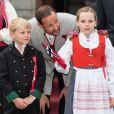 Le prince Haakon de Norvège, attentionné avec Sverre Magnus et Ingrid Alexandra, et la princesse Mette-Marit de Norvège sont apparus de bon matin le 17 mai 2014 devant leur résidence de Skaugum, à Oslo, avec leurs enfants Marius, la princesse Ingrid Alexandra et le prince Sverre Magnus, pour célébrer (comme toujours avec leur chienne Milly Kakao) la Fête nationale et le bicentenaire de la Constitution.