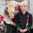 Le prince Haakon de Norvège et la princesse Mette-Marit de Norvège, attentionnée avec Sverre Magnus, sont apparus de bon matin le 17 mai 2014 devant leur résidence de Skaugum, à Oslo, avec leurs enfants Marius, la princesse Ingrid Alexandra et le prince Sverre Magnus, pour célébrer (comme toujours avec leur chienne Milly Kakao) la Fête nationale et le bicentenaire de la Constitution.