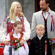 Le prince Haakon de Norvège et la princesse Mette-Marit de Norvège sont apparus de bon matin le 17 mai 2014 devant leur résidence de Skaugum, à Oslo, avec leurs enfants Marius, la princesse Ingrid Alexandra et le prince Sverre Magnus, pour célébrer (comme toujours avec leur chienne Milly Kakao) la Fête nationale et le bicentenaire de la Constitution.