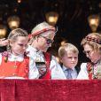 Le prince Haakon, la princesse Ingrid Alexandra, la princesse Mette-Marit, le prince Sverre Magnus et la reine Sonja de Norvège au balcon du palais royal, à Oslo, le 17 mai 2014 pour la parade de la Fête nationale, marquant cette année le bicentenaire de la Constitution