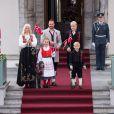 Le prince Haakon et la princesse Mette-Marit de Norvège en famille lors de la Fête nationale 2013. Marius n'avait pas encore tout à fait rattrapé son beau-père...