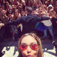Nabilla et ses fans à Cannes le 17 mai 2014.
