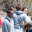 Les deux frères de Paul Walker, Cody (qui câline Jordana Brewster) et Caleb sur le tournage à Malibu, Los Angeles, le 20 mai 2014.