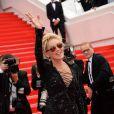 Sharon Stone (portant une robe Emilio Pucci) lors de la montée des marches du film The Search, au cours du Festival de Cannes le 21 mai 2014