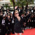 Sharon Stone (portant une robe Emilio Pucci) dévoile ses longues jambes lors de la montée des marches du film The Search, au cours du Festival de Cannes le 21 mai 2014