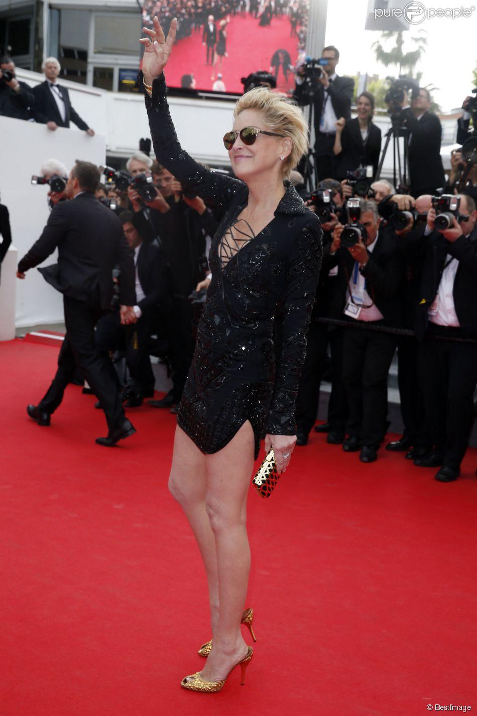 La femme fatale Sharon Stone (portant une robe Emilio Pucci), lors de la montée des marches du film The Search, au cours du Festival de Cannes le 21 mai 2014