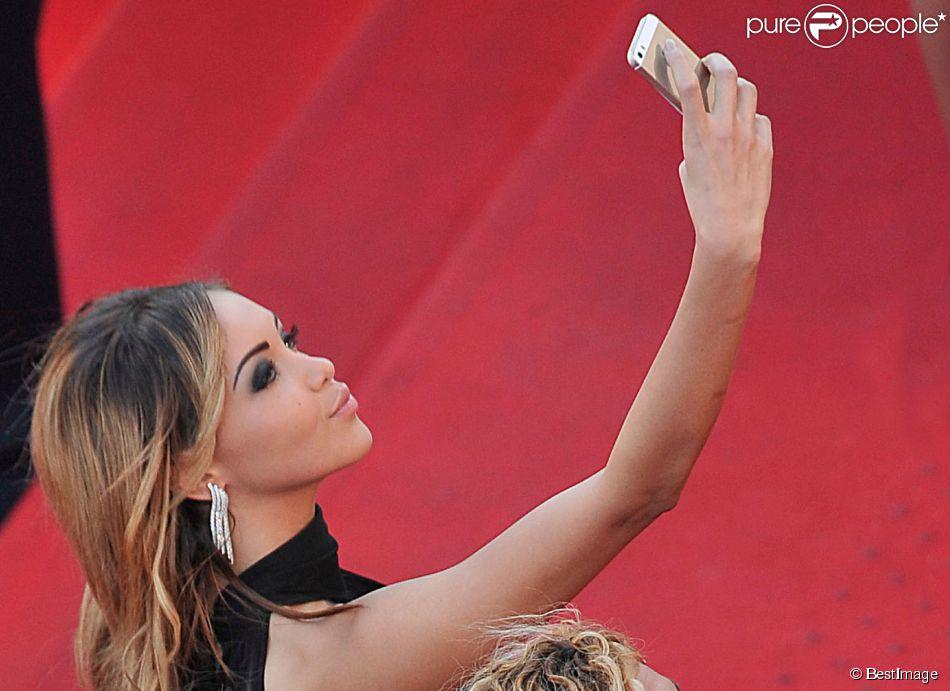 """Nabilla Benattia (selfie) - Montée des marches du film """"The Homesman"""" lors du 67 ème Festival du film de Cannes – Cannes le 18 mai 2014."""