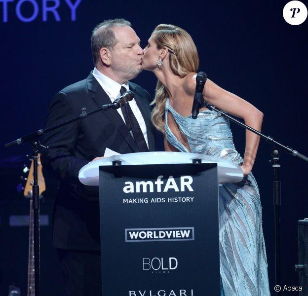 """Heidi Klum embrasse Harvey Weinstein lors de la soirée """"amfAR's 21st Cinema Against AIDS"""" à l'Eden Roc au Cap d'Antibes dans le cadre du 67ème festival du film de Cannes, le 22 mai 2014."""