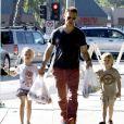 Jason Priestley emmène ses enfants Dashiell et Ava au Farmer's Market à Studio City, le 20 octobre 2013.