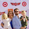 Jason Priestley et son épouse Naomi Lowde-Priestley avec leurs enfants à Los Angeles, le 5 août 2013.