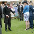 Le prince Philip, duc d'Edimbourg, époux de la reine Elizabeth II, le 21 mai 2014 dans le parc de Buckingham Palace pour la première garden party de l'année. Malgré sa récente opération à la main, d'où un bandage, le prince consort était en excellente forme.