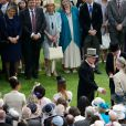 Le duc d'Edimbourg salue le public le 21 mai 2014 dans le parc de Buckingham Palace pour la première garden party de l'année.