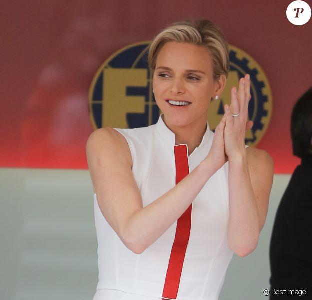 La princesse Charlene de Monaco, habillée d'une robe aux couleurs de la principauté, a assisté le 25 mai 2014 à la victoire de Nico Rosberg lors du Grand Prix de F1 de Monaco, en compagnie de son mari le prince Albert ainsi que ses neveux Andrea et Pierre Casiraghi.