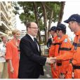 Charlene de Monaco était habillée en orange en hommage aux bénévoles du Grand Prix de Monaco lors de la visite qu'elle leur a rendue avec le prince Albert le 22 mai 2014