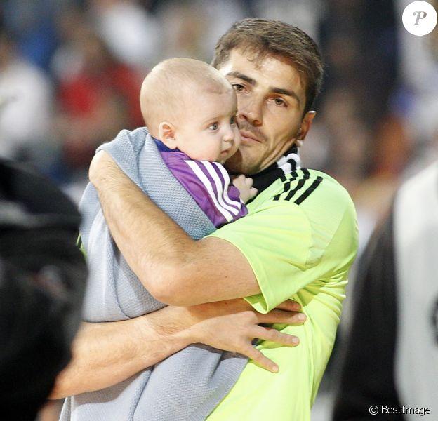 Iker Casillas fête sa victoire en Ligue des champions avec son fils Martin au stade Bernabeu à Madrid le 25 mai 2014.