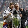 Sergio Ramos et Carlo Ancelotti fêtent la victoire en Ligue des champions au stade Bernabeu à Madrid en Espagne le 25 mai 2014.
