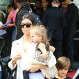 Kourtney Kardashian et ses enfants Pénélope et Mason - Les invités du mariage de Kim Kardashian et de Kanye West arrivent à l'aéroport du Bourget en provenance de Florence en Italie, le 25 mai 2014.