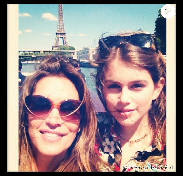 Selfie de Cindy Crawford et sa fille Kaia, devant la Tour Eiffel à Paris.
