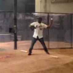 50 Cent lance correctement une balle de baseball, avant de le rater complètement sur le terrain du Citi Field. New York, le 27 mai 2014.
