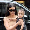 Kim Kardashian et sa fille North se rendent à la boutique Givenchy avenue George V à Paris, le 20 mai 2014.