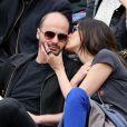 Helena Noguerra embrasse son compagnon Fabrice Du Welz assistent aux Internationaux de France de tennis de Roland-Garros à Paris, le 2 juin 2014.