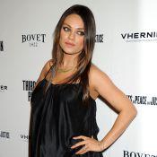 Mila Kunis, enceinte, devant Neve Campbell in love et Maria Bello décolletée