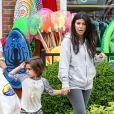 Kourtney Kardashian et son fils Mason quittent la boutique Sunrise to Sunset à Southampton. Le 10 juin 2014.